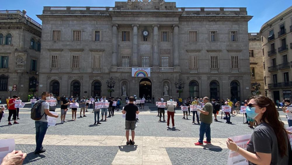 Medio centenar de personas se manifiestan bajo el lema 'Desconfinemos derechos y libertades' en Barcelona