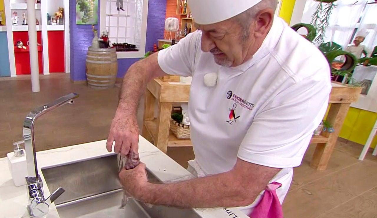 Karlos Arguiñano muestra cómo limpiar un calamar
