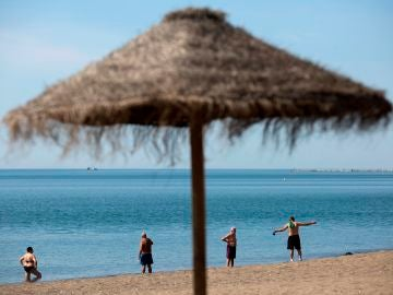 Varias personas en la playa de La Misericordia, Málaga | Última hora Andalucía