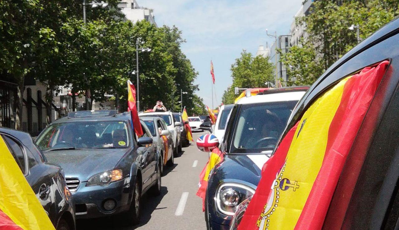 """Miles de manifestantes en coche convocados por Vox colapsan varios puntos de España para pedir la dimisión de un """"Gobierno criminal"""""""