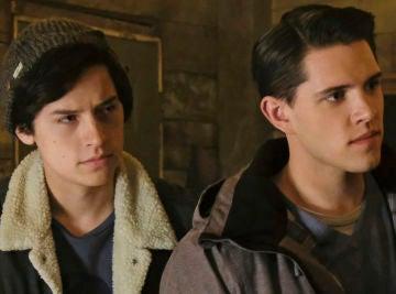 Cole Sprouse y Casey Cott en 'Riverdale'