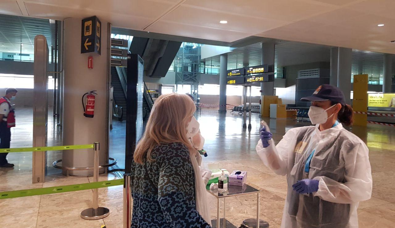 Toma de temperatura a pasajeros en el Aeropuerto Alicante-Elche durante la desescalada.