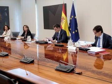 María Jesús Montero, Teresa Ribera, Pedro Sánchez y Salvador Illa, durante el encuentro con los presidentes autonómicos