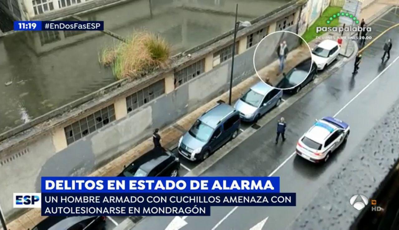 Un hombre ensangrentado y armado con dos cuchillos amenaza con autolesionarse en plena calle