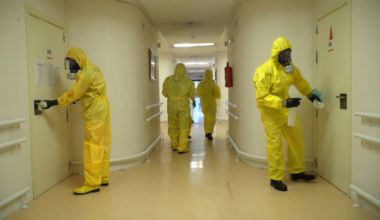 Las exhaustivas labores de desinfección de los equipos de la UME en las residencias de mayores
