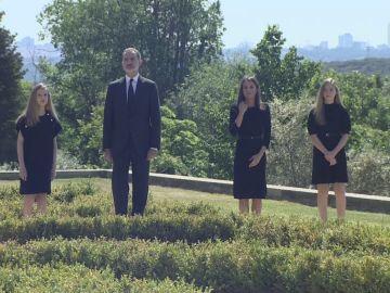 Los Reyes de España, la princesa Leonor y la infanta Sofía durante el minuto de silencio por las víctimas del coronavirus