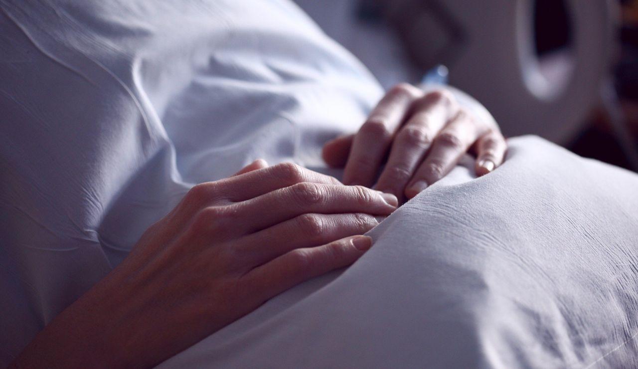 Un paciente recostado en una cama de hospital