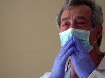 Las lágrimas de Felipe en el día de su jubilación tras 30 años dedicado a la Medicina