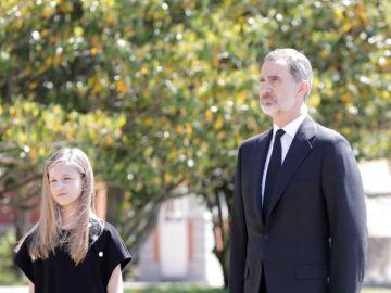 El rey Felipe y la princesa Leonor guardan un minuto de silencio por las víctimas del coronavirus
