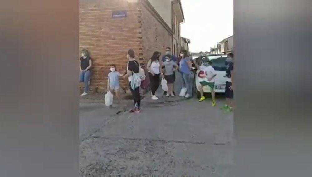 Reparto de mil raciones de guiso de carne en un barrio de Toledo para ayudar a los más afectados por la crisis del coronavirus