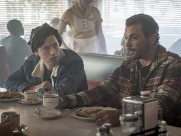 Cole Sprouse y Skeet Ulrich como Jughead y FP Jones en 'Riverdale'