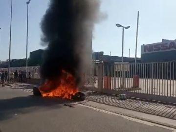 Trabajadores de Nissan queman contenedores tras la decisión de la compañía de cerrar la planta de Barcelona