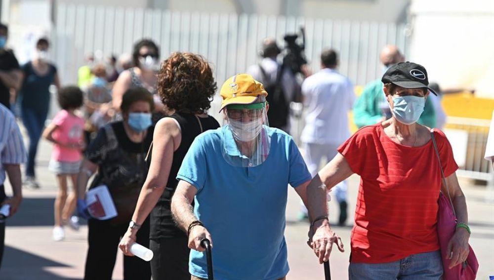 Vecinos de Torrejón de Ardoz se disponen a realizarse los test