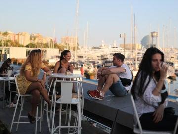 Un grupo de amigos se reúne en una terraza de Barcelona