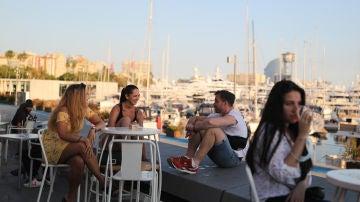 Un grupo de personas se reúne en una terraza de Barcelona