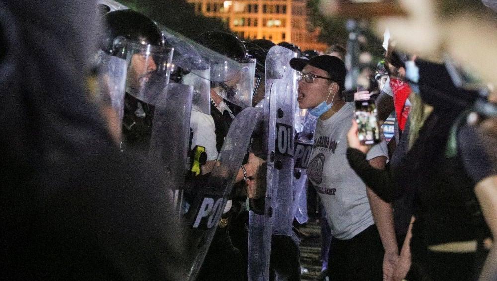Manifestantes se encaran ante la Policía en las protestas por la muerte de George Floyd