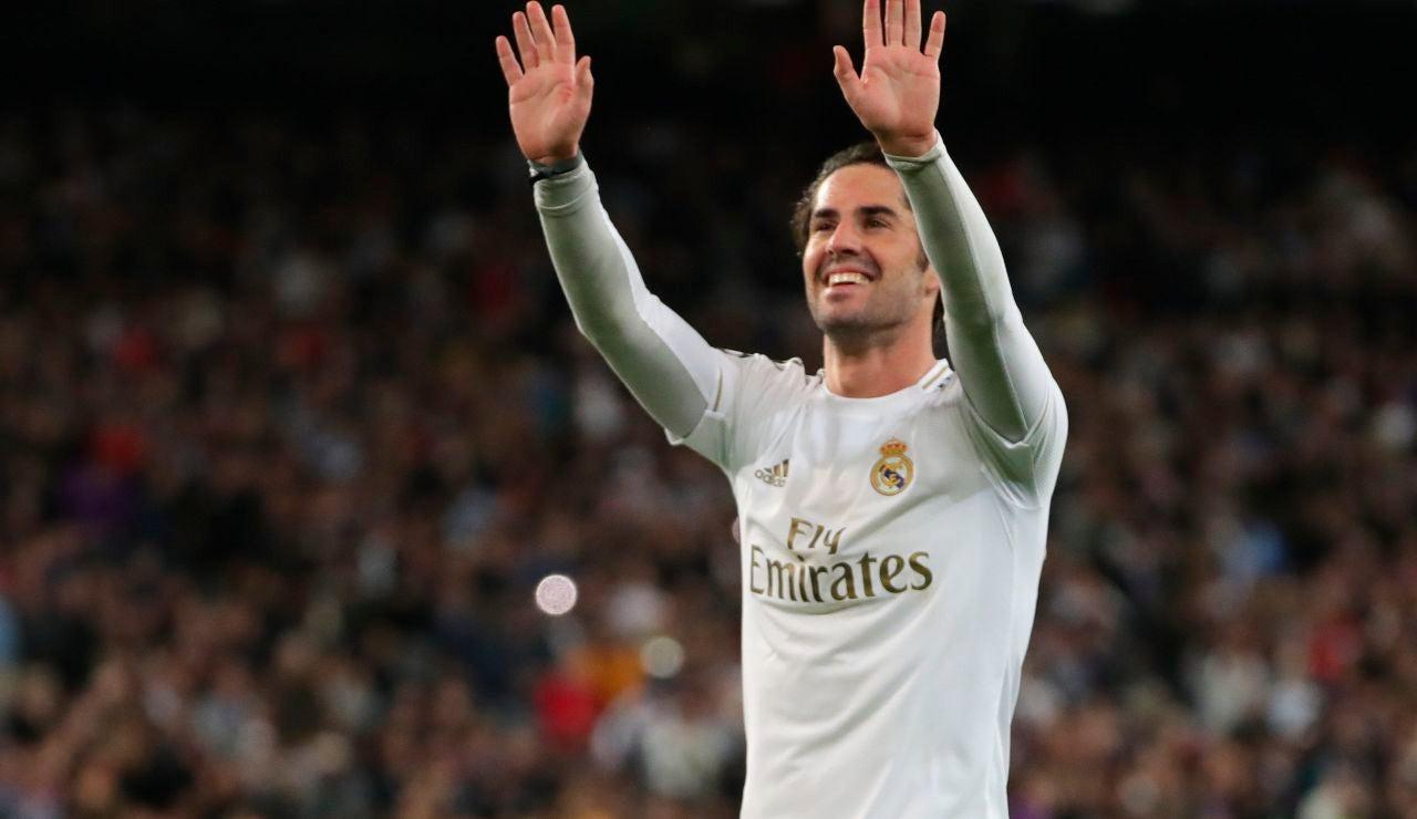Isco saluda a la grada tras un partido con el Real Madrid