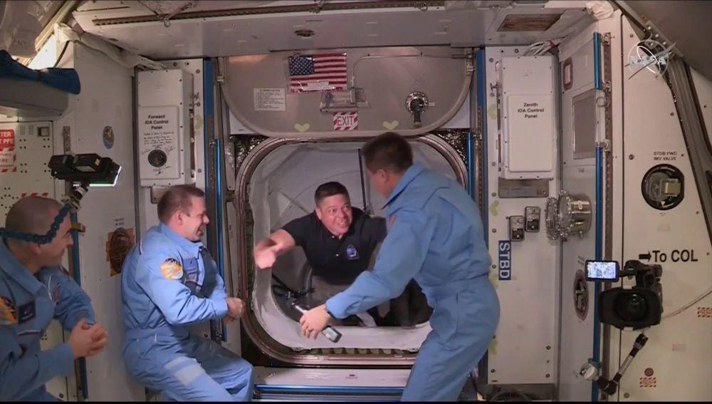 Así ha sido el momento del encuentro de los astronautas de SpaceX y la NASA con la tripulación de la Estación Espacial Internacional