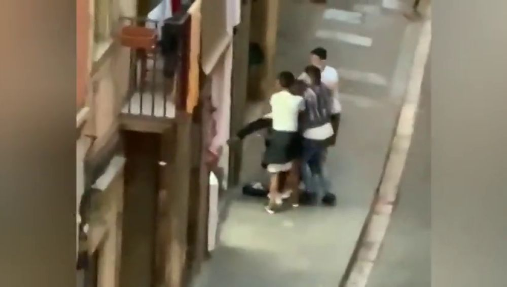 Nueva pelea en El Raval de Barcelona entre un grupo de jóvenes a puñetazos