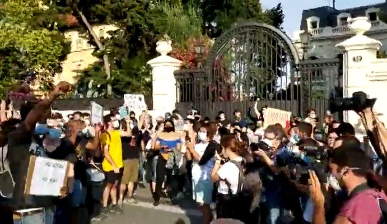 Decenas de personas se manifiestan contra la muerte de George Floyd frente a la embajada de EE.UU. en Barcelona