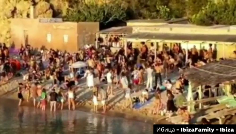 Más de 200 personas se saltan las normas de la desescalada por el coronavirus para ir a la fiesta de los tambores en Ibiza