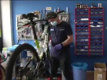 Los talleres y tiendas de bicicletas duplican sus clientes en la desescalada del coronavirus