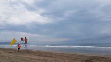 Socorristas hoy en la playa del Planetario de Castellón