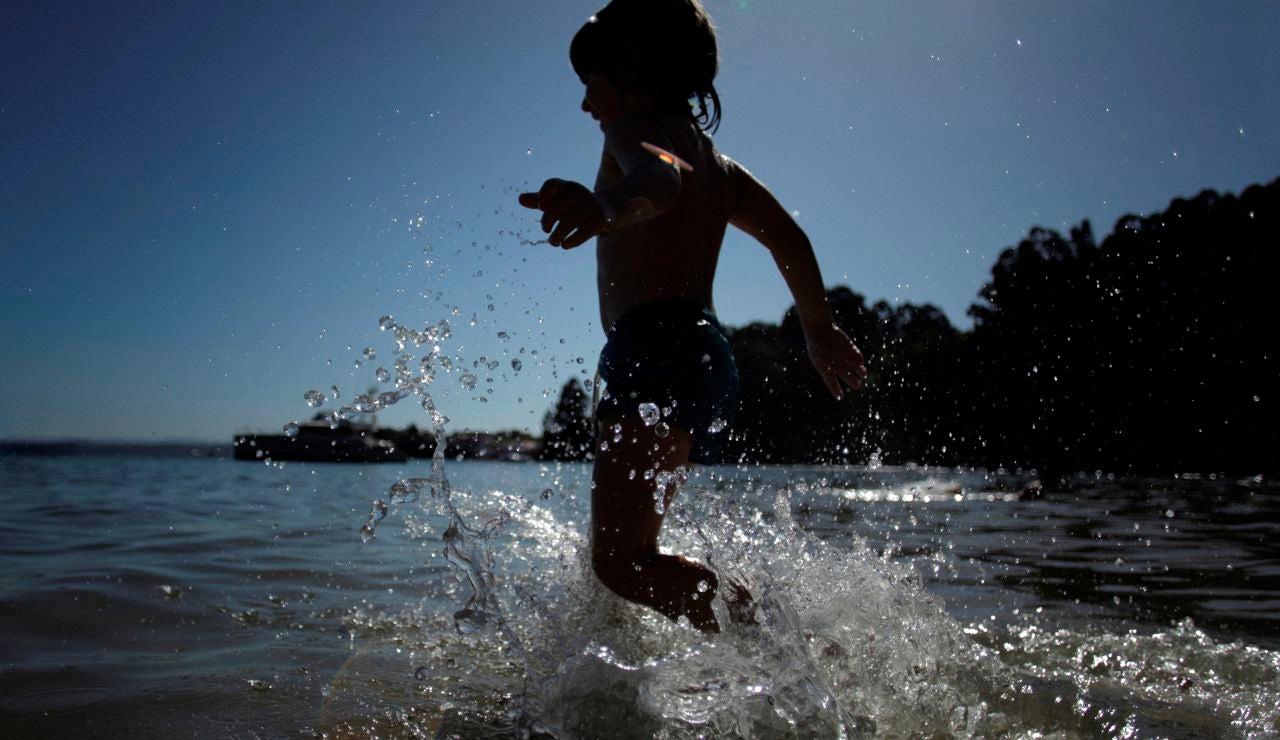 Un niño se da un baño en una playa de A Coruña