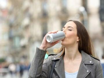 Bebiendo una lata de refresco