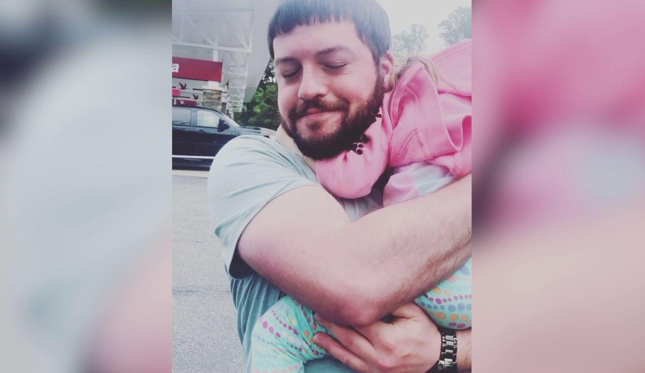 Padre abraza a su hija