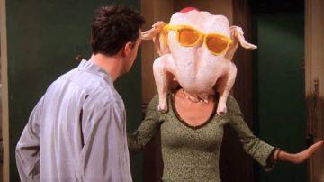 Courteney Cox en la famosa escena de Monica con el pavo en la cabeza en 'Friends'