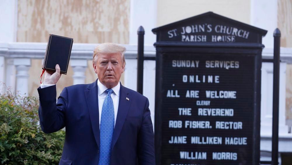 Donald Trump con la Biblia en la mano