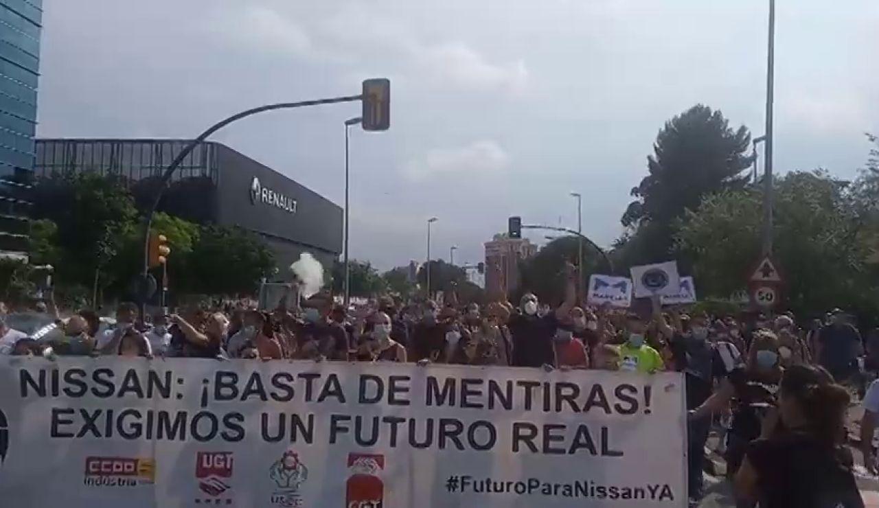Los trabajadores de Nissan vuelven a las protestas y empapelan un concesionario de Renault en Barcelona
