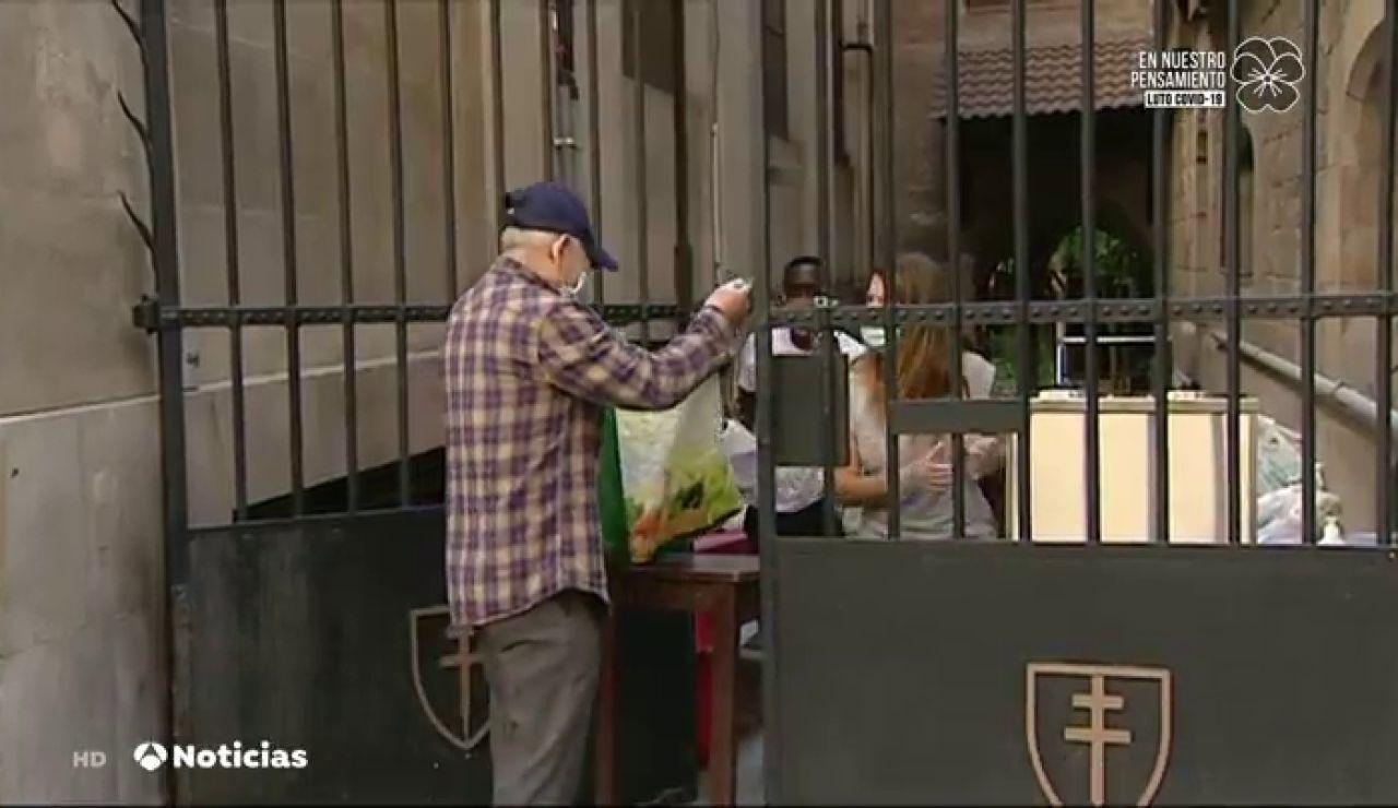 Javier, Gala, Eugenio... los nombres de las colas del hambre en la parroquia barcelonesa de Santa Ana en la crisis del coronavirus
