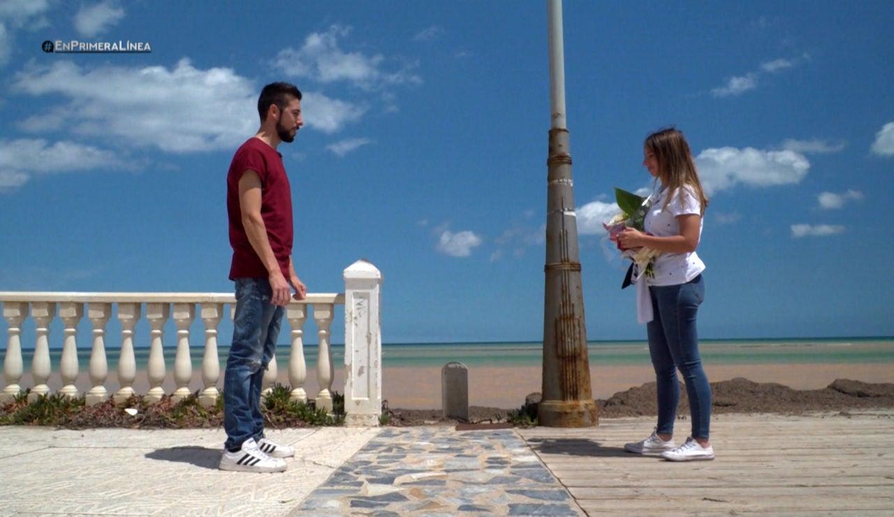 """""""Una prueba de fuego"""": una pareja se reencuentra a dos metros de distancia"""