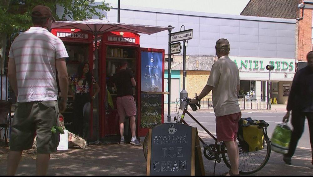 Las cabinas de teléfono en Londres reconvertidas en cafetería