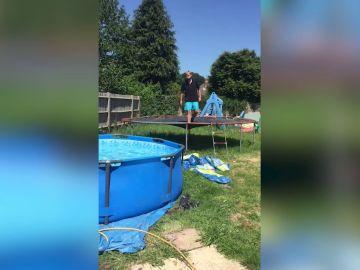 Intenta saltar a la piscina desde una cama elástica