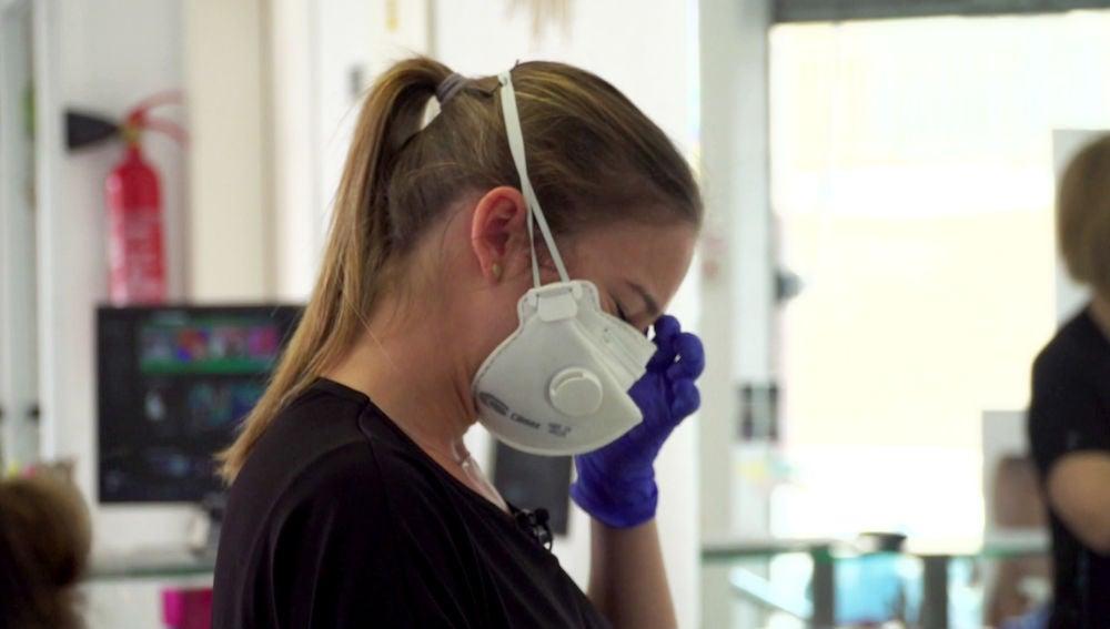 Un amor separado por el coronavirus: una peluquera se derrumba al hablar de su pareja