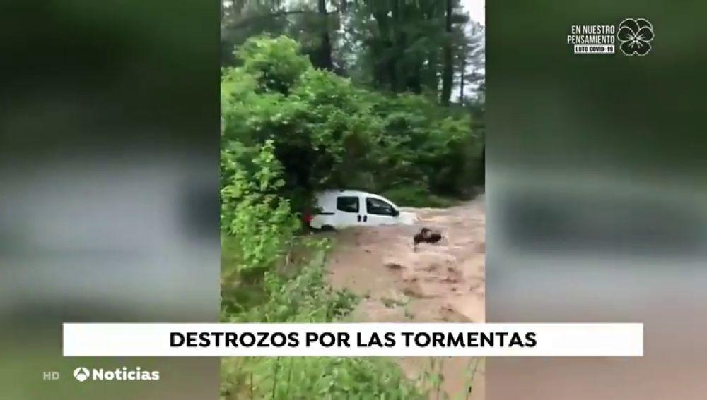 Un hombre salva su vida 'in extremis' tras escapar de su vehículo mientras era arrastrado por un torrente de agua