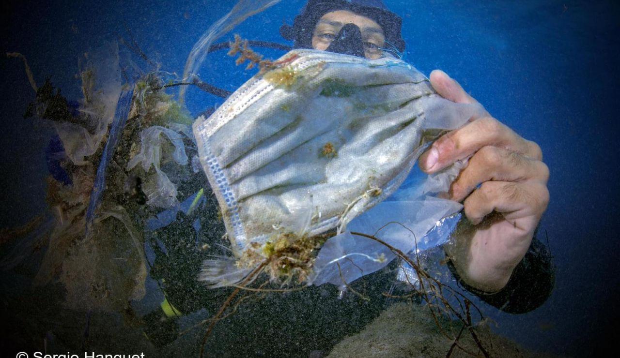 Basura marina. Mascarillas y guantes en el mar durante la pandemia de coronavirus