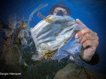Las mascarillas inundan el mar, ya se han convertido en un grave problema de contaminación