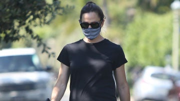 Jennifer Garner también se manifiesta con su look de negro
