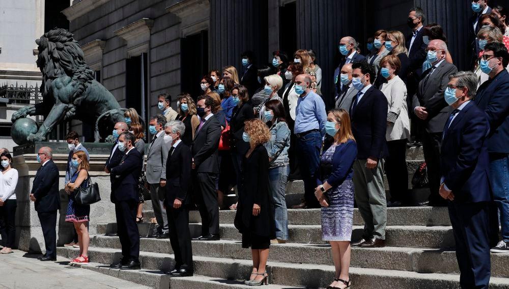 Minuto de silencio guardado en la escalinata del Congreso