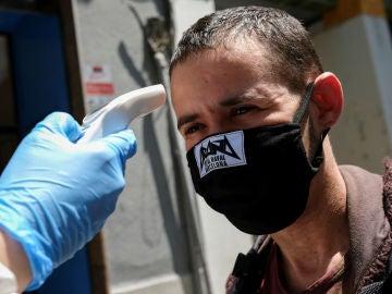 Toman la temperatura a un vecino de Barcelona con mascarilla de tela