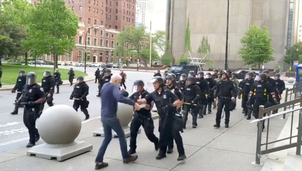 Polémica por el abuso policial en Estados Unidos contra un hombre que cae al suelo