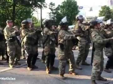 La Guardia Nacional baila la 'Macarena' antes del toque de queda en Atlanta por las protestas contra la muerte de George Floyd