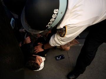 La Policía detiene a un joven durante las protestas tras la muerte de George Floyd en Mineápolis