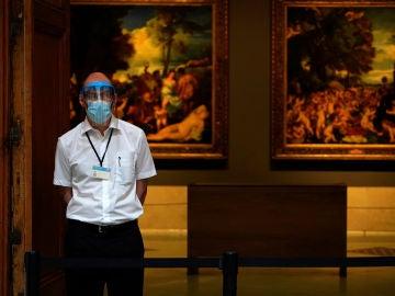 Un empleado, en la reapertura del Museo del Prado de Madrid