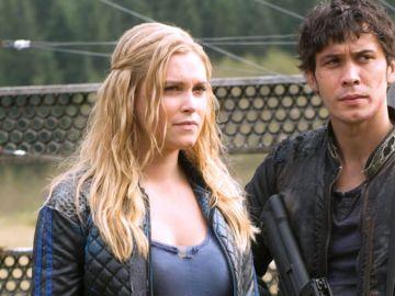 Bellamy y Clarke en 'The 100'