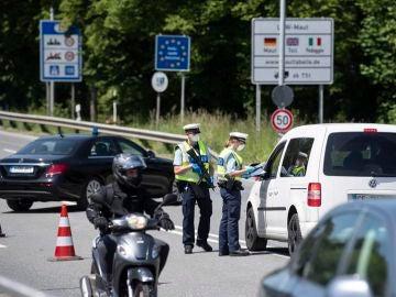 Imagen de un control policial la frontera entre Alemania y Austria
